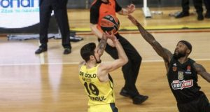 Fenerbahçe Beko'lu De Colo'ya Rice'ın yaptığı faul hakemler tarafından çalınmadı